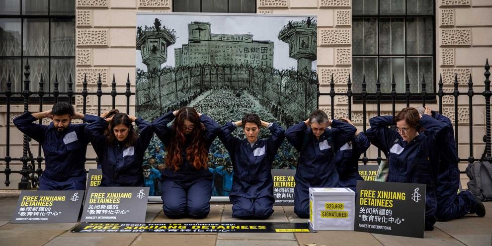 Übergabe der Petition bei der chinesischen Botschaft in London: Mehr als 320'000 Menschen fordern die Freilassung aller in Internierungslagern und Gefängnissen in Xinjiang inhaftierten Personen. © Amnesty International