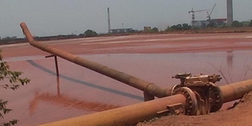 Ein Becken mit rotem Schlamm der Firma Vedanta in Lanjigarh, Orissa, in Inden, Mai 2011. © AI
