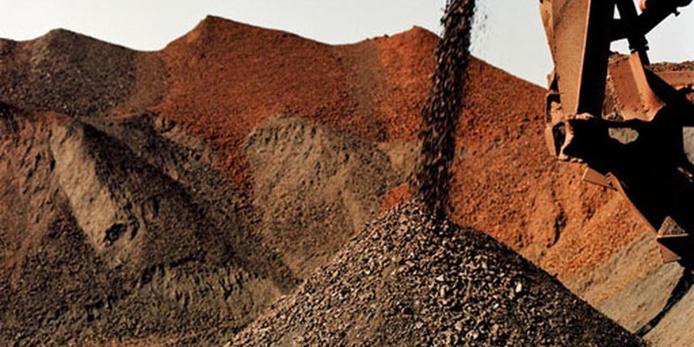 Die Bauxit-Raffinerie von Vedanta verstösst gegen Umweltstandards und Menschenrechte. Mit Festnahmen von und Anklagen gegen DorbewohnerInnen soll der Widerstand gebrochen werden. © Johann Rousselot (Signatures) pour AI