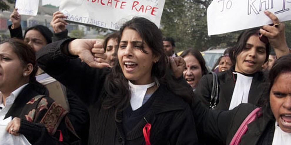 Indische Juristinnen fordern in Delhi Gerechtigkeit für die Opfer von sexueller Gewalt. © Louis Dowse / Demotix