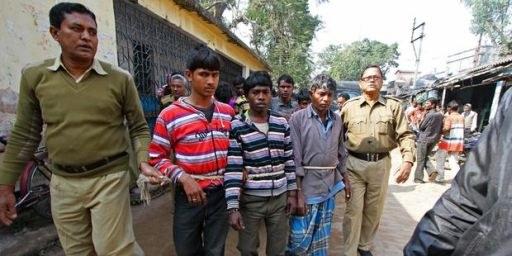 Polizisten führen Verdächtige im Vergewaltigungsfall von Birbhum ab. © AFP/Getty Images