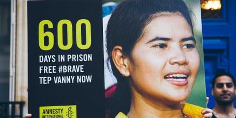 Amnesty International betrachtete Tep Vanny als eine Gefangene aus Gewissensgründen, die nur wegen ihrer friedlichen Menschenrechtsarbeit festgehalten wurde. Sie war auch Teil der globalen BRAVE-Kampagne, an der mehr als 200'000 Menschen weltweit teilgenommen haben. © christophemeireis.com