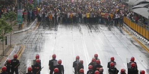 Polizisten gegen Demonstrierende. Kuala Lumpur, 9. Juli 2011. © Mohd Fazrul Hasnor/Demotix
