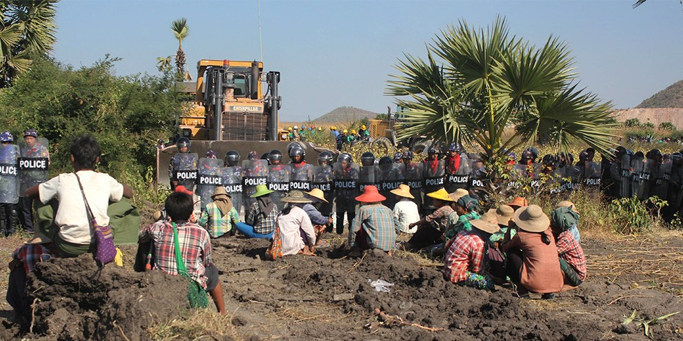 Protestierende Bäuerinnen und Bauern vor der Letpadaung  Kupfermine am 22. Dezember 2014 © AP/Press Association Images