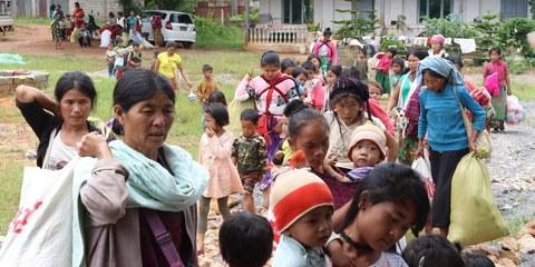 Frauen und Kinder aus Dörfern in der Gemeinde Kutkai, die am 25. August 2019 in ein Kloster evakuiert wurden, ©Nay Lin.jpeg