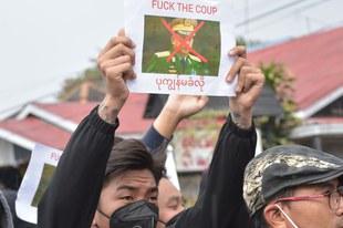 Maschinenpistolen gegen friedliche Demonstrierende