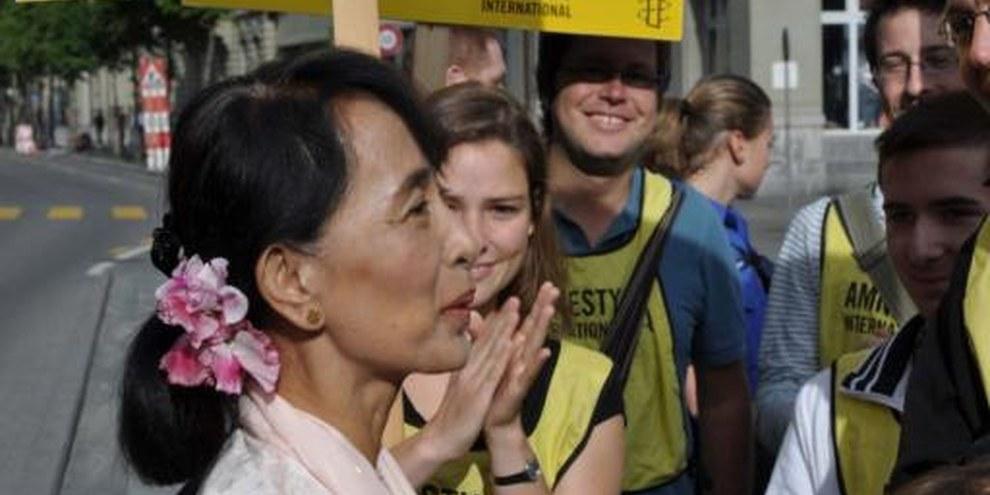 Amnesty-Mitglieder begrüssen Aung San Suu Kyi. © AI