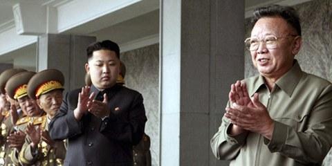 Kim Jong-un und sein Vater Kim Jong-il applaudieren einer Militärparade. Pjöngjang, Oktober 2010. © AP