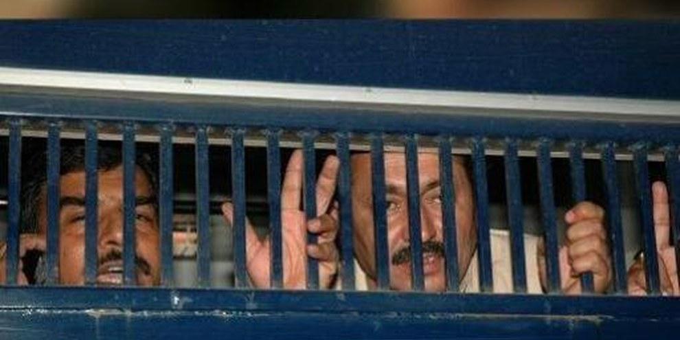 Politische AktivistInnen werden in einem Polizeiwagen ins Gefängnis transportiert © APGraphicsBank