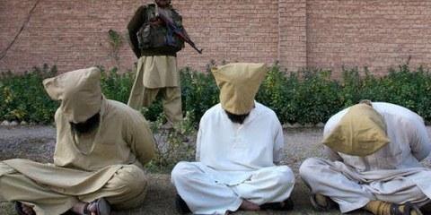 Ein pakistanischer Soldat bewacht Gefangene. © Reuters/K. Parvez