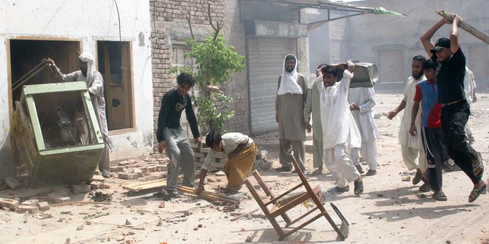 Schon seit Jahren kommt es zu gewalttätigen Protesten der muslimischen Mehrheit gegen christliche Gemeinschaften in Pakistan – so hier in der Stadt Gojra 2009, als sechs ChristInnen bei lebendigem Leib verbrannt wurden. © REUTERS/Fayyaz Hussain
