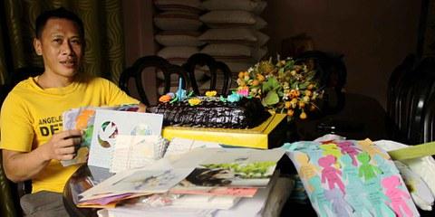 Philippinische Amnesty-Mitarbeiter haben Jerryme Corre zu seinem Geburtstag besucht und ihm Unterstützungsbriefe aus aller Welt mitgebracht. © Amnesty International