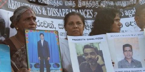 Angehörige von Verschwundenen verlangen Aufklärung. Colombo, Sri Lanka, 24. Januar 2012. © Vikal-pasl