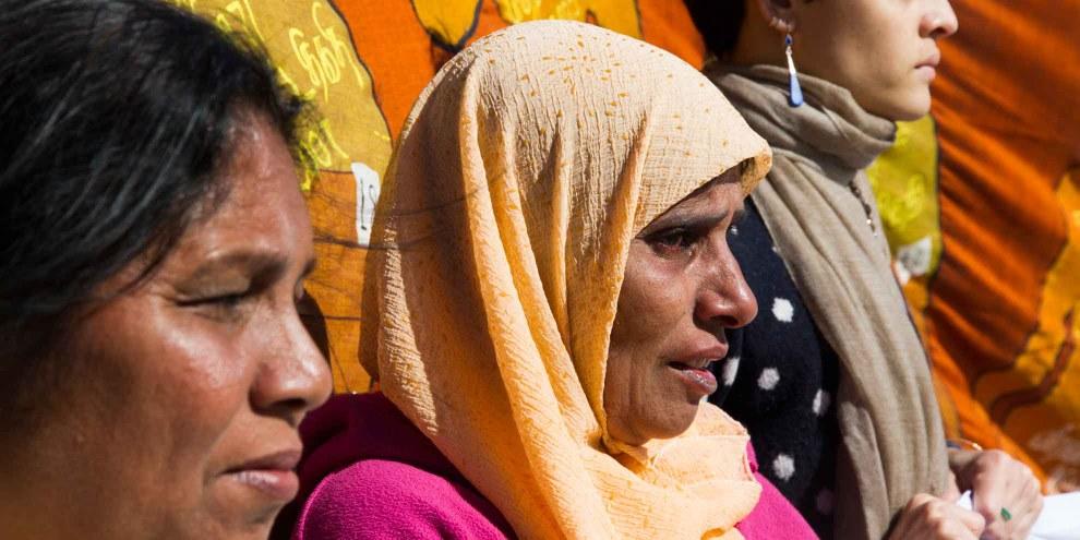 Mahnwache vor dem Palais des Nations in Genf: Angehörige von Verschwundenen aus Argentinien und Sri Lanka gedenken gemeinsam den in Sri Lanka verschwundenen Menschen. © Amnesty International