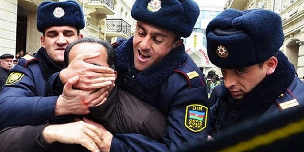 Mit Gewalt und Einschüchterung wird eine kritikfreie Zone geschaffen. Aserbaidschan, 2011 © IRFS