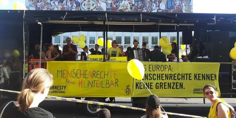 Der «Amnesty-Truck» auf der #unteilbar-Demonstration am 13. Oktober 2018 in Berlin. © AI