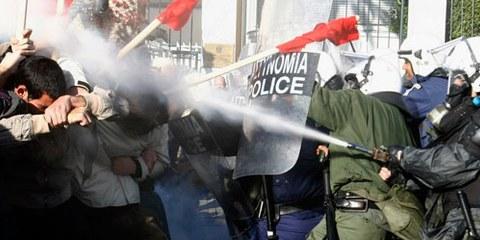 Polizisten setzen Tränengas gegen Demonstranten ein. © Reuters/Y. Karahalis