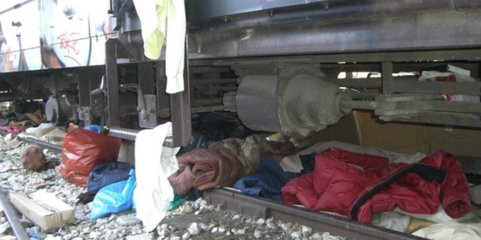 Persönliche Effekten von Migrantinnen und Migranten unter einem Zug in Griechenland © UNHCR/L. Boldrini