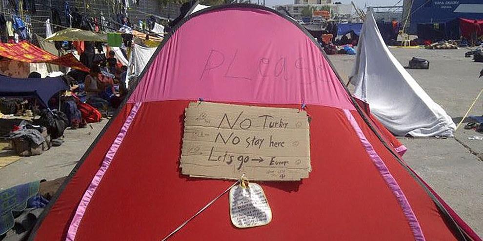 Verzweifelte Botschaften von Flüchtlingen, an einem Zelt im Hafen von Chios. © Amnesty International