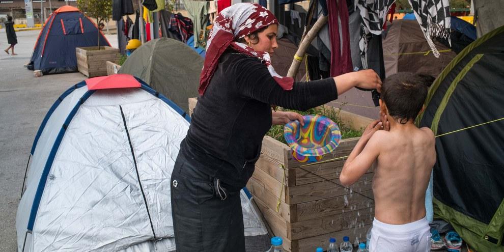 Hunderte von Flüchtlingen schlafen im Freien in Piräus © Amnesty International / Olga Stefatou