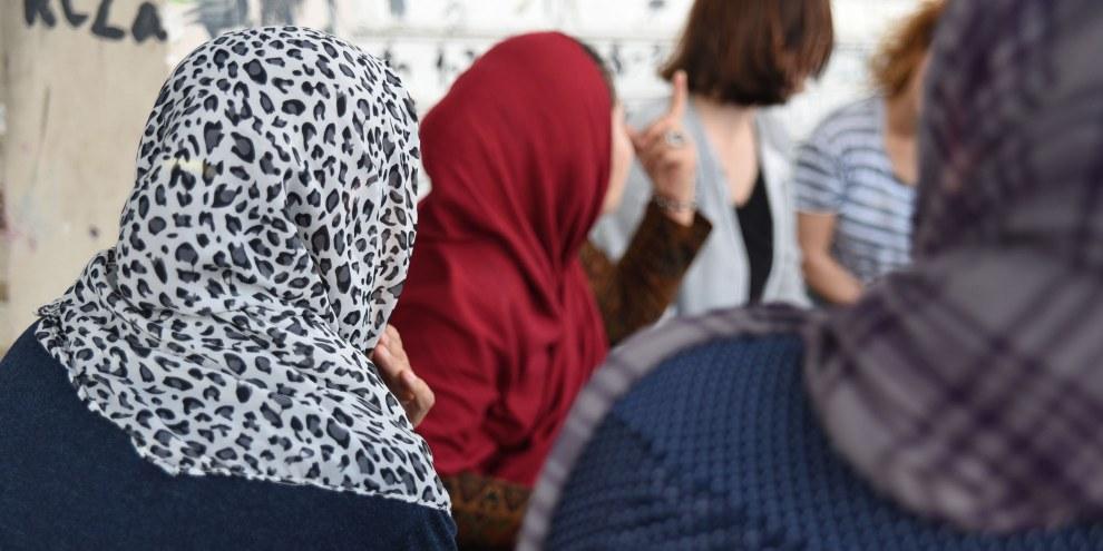 Diskussion mit Frauen ausserhalb des Lagers von Elliniko, 21. Mai 2017. © Lene Christensen/Amnesty International