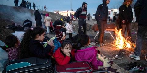 Geflüchtete Menschen wärmen sich an einem Feuer im türkischen Edirne auf. Sie möchten die Grenze zu Griechenland passieren. © BURAK KARA