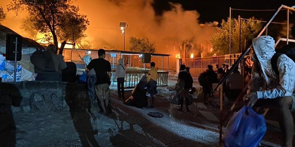Fassungslosigkeit angesichts der massiven Zerstörung des Camps durch die Feuer. © Thanasis Voulgarakis