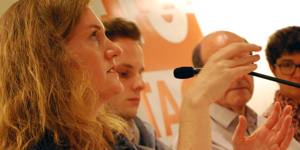 Kelly Mackey auf einer Podiumsdiskussion in Bern. © Amnesty International