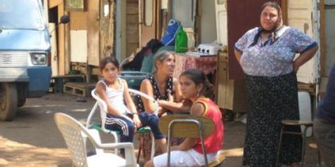 Roma-Familie in einem Camp in Italien. © AI