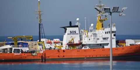 Nachdem dem Schiff die maltesischen und panamaischen Flaggen entzogen wurden, wird die Aquarius nicht mehr ausfahren können, um Migrantinnen und Migranten  zu helfen. © Gerard Bottino / shutterstock.com