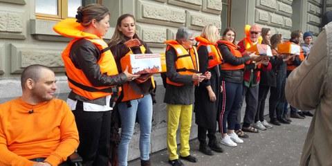 Wenn die Mittel für Rettungsaktionen im Mittelmeer gekürzt werden, besteht die Gefahr, dass Tausende im Meer sterben werden. Übergabe der 25'000 Unterschriften für die Petition 'Schweizer Flagge für das Hilfsschiff «Aquarius»' am 9. Oktober.   © Reuters
