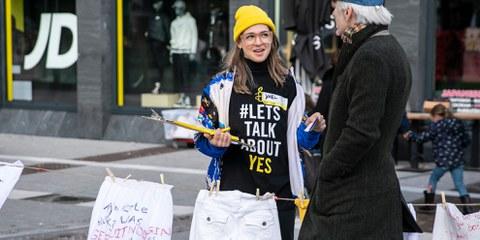 Amnesty-AktivistInnen führten Anfang Oktober vor dem Repräsentantenhaus in Den Haag eine Kampagne durch, in der sie die Regierung auffordern, das neue Gesetz über nicht einvernehmlichen Sex zu ändern. © Marieke Wijntjes