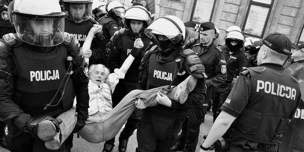 Bogusław Zalewski (82) wird während einer Antifaschistischen Demonstration am 1. Mai in Warschau von der Polizei festgenommen © JohnBoB & Sophie art