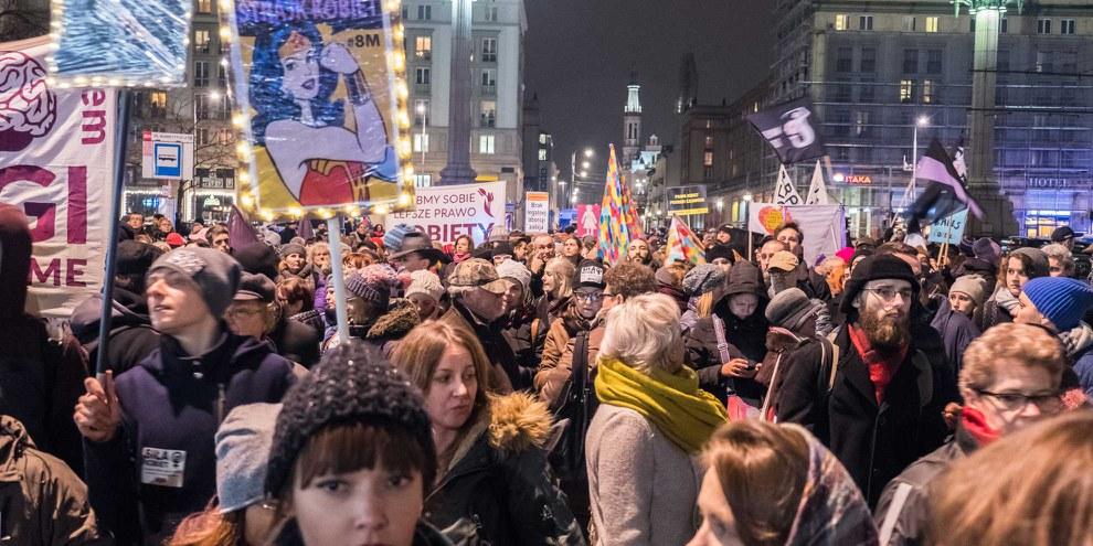 Tausende von Menschen nahmen am 23. März 2018 in Warschau am «Schwarzen Freitag» teil, um gegen ein geplantes Gesetz zu protestieren, das den bereits eingeschränkten Zugang zu einem sicheren und legalen Schwangerschaftsabbruch in Polen weiter einschränken würde. ©  Grzegorz Żukowski