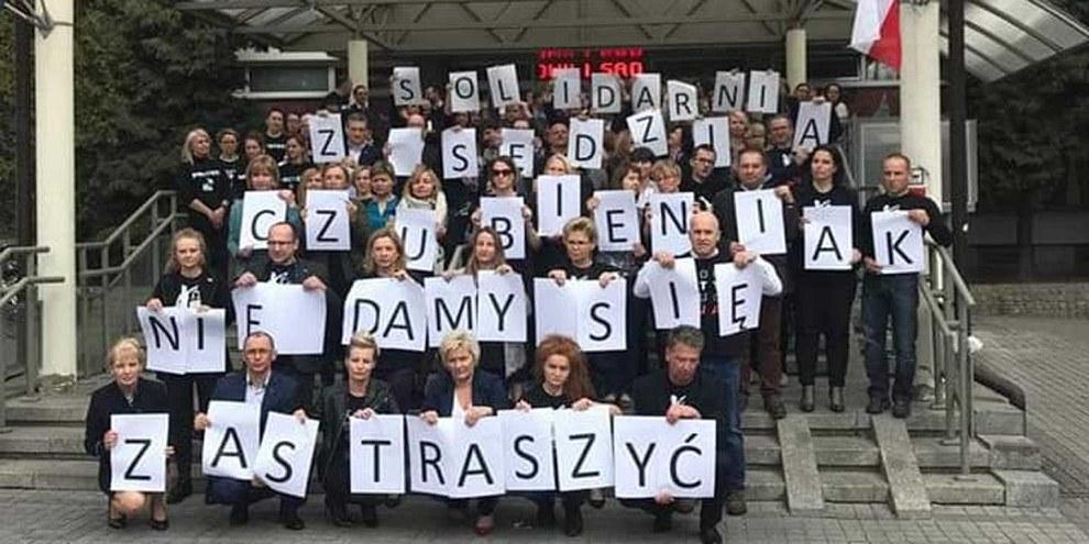 Protestaktion von RichterInnen in Krakau für ihre Kollegin Czubieniak , die von der «Disziplinarkammer» gemassregelt wurde, weil sie die Meinung vertrat, dass ein Verdächtiger in jedem Stadium einer Ermittlung das Recht auf einen Anwalt habe. © SSP Iustitia @ Iustitia polish judges
