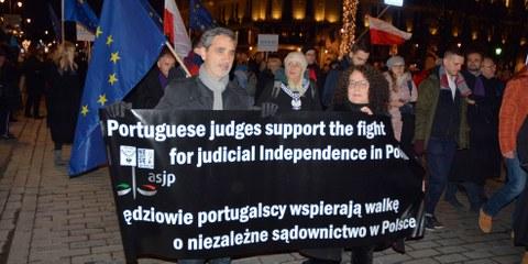 Richterinnen, Anwälte und Juristinnen aus ganz Europa nahmen am Marsch der tausend Roben in Warschau teil. © Grand Warszawski / shutterstock.com
