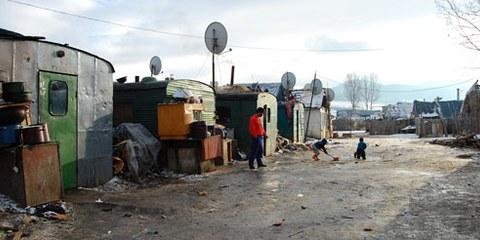 Abgeschoben: Rund 75 Roma sind in Containern neben der Kläranlage untergebracht © AI