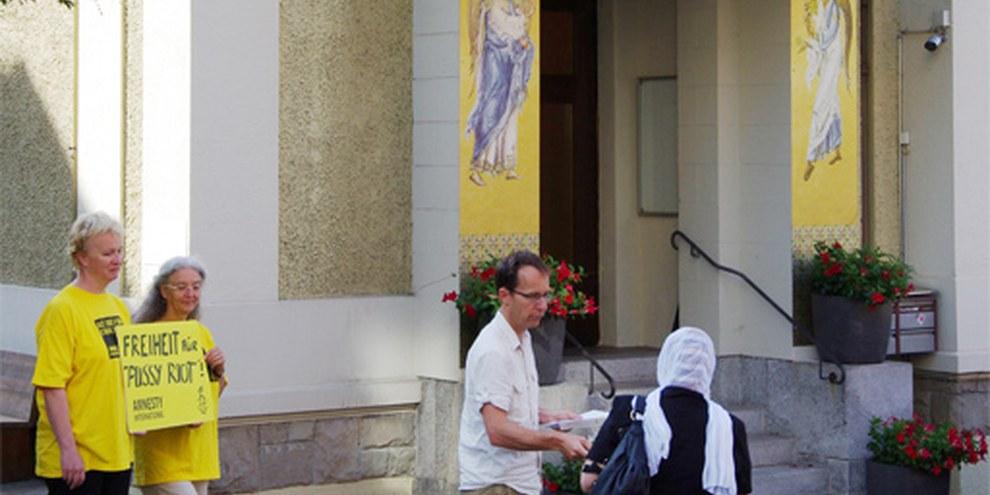 Amnesty-Aktion vor der russisch-orthodoxen Kirche in Zürich © AI