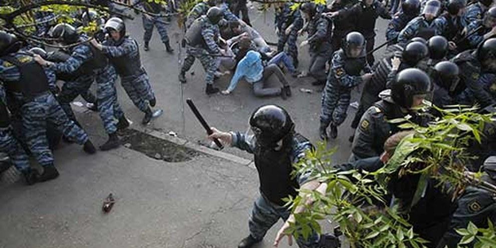 Russische Polizisten gehen gegen Demonstrierende vor. Moskau, 6. Mai 2012. © REUTERS/Denis Sinyakov