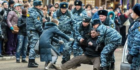Die Polizei löst gewaltsam eine friedliche Kundgebug auf, Moskau Februar 2014 © Denis Bochkarev / Amnesty International