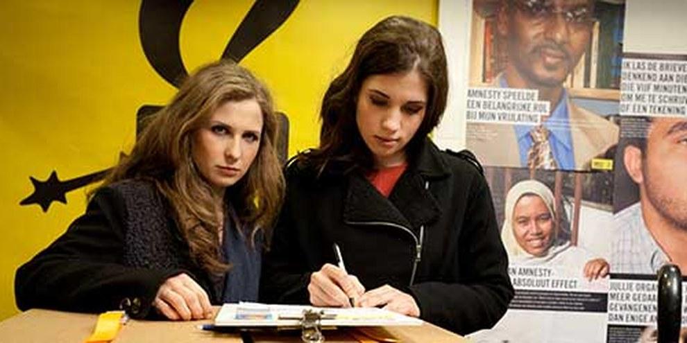 Maria Aljochina und Nadeschda Tolokonnikowa von Pussy Riot wurden verhaftet. Im Bild: Beim Unterzeichnen einer Petition im Januar. © AI