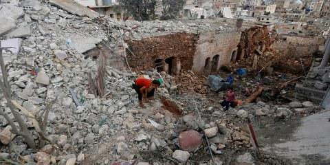 Zivilpersonen auf den Ruinen eines von russischen Kräften bombardierten Hauses in der Provinz Aleppo. © REUTERS/Ammar Abdullah