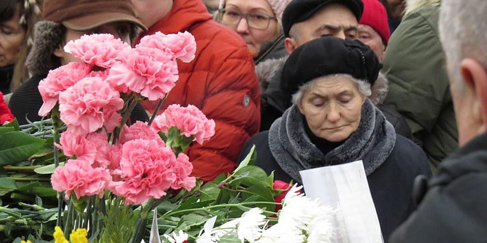 Trauer am Tatort: Russiche Bürgerinnen und Bürger nehmen von Boris Nemtsow Abschied © putnik/CC BY 4.0