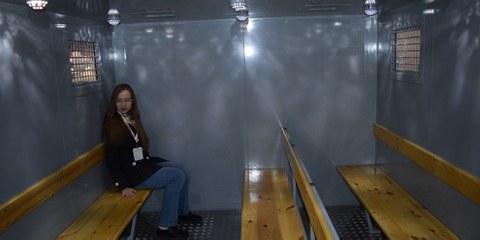 Besichtigung eines Waggons, in welchem Gefangene transportiert werden. © Tverskoi Vagonostroitelny Zavod