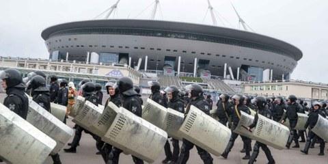 Training russischer Einsatz-Polizei vor dem Krestovsky Stadion in Sankt Petersburg. © tony_gl / Shutterstock.com