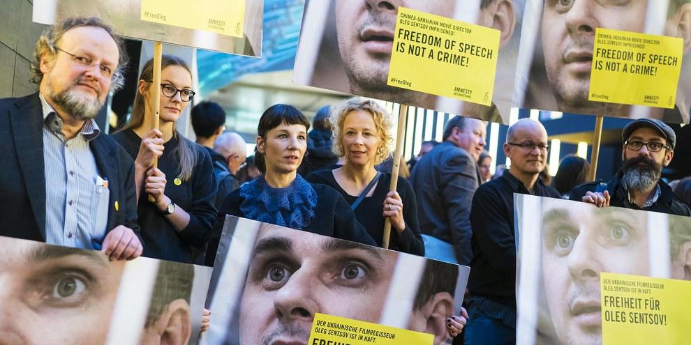 Die Schauspielerinnen Katja Riemann und Meret Becker setzten sich anlässlich der Berlinale 2016 für Oleg Senzow ein. © Amnesty International / Henning Schacht