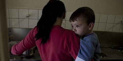 Eine Mutter kocht mit ihrem Sohn. Nothilfezentrum Zürich-Altstetten. © Jacek Pulawski