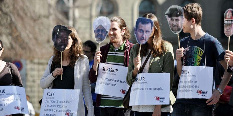 «Kriegsverbrecher» auf dem Bundesplatz anlässlich der Petitionsübergabe War crimes unit.  (15. März 2012) © Philippe Lionnet