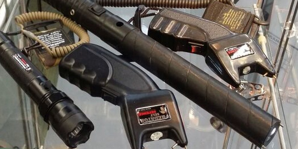 Elektroschocker und Schusswaffen an einer Waffenmesse in Deutschland. © Robin Ballantyne / Omega Research Foundation