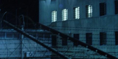 Die Eltern im Gefängnis, die Kinder fremdplatziert: Hartes Durchgreifen ohne Rücksicht auf das Kindeswohl. © matefine / shutterstock.com